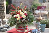 Weihnachtsstrauß mit Rosen, Tannenzweigen, Beeren und Christbaumkugeln