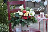 Weihnachtsstrauß mit Rosen und Amaryllis