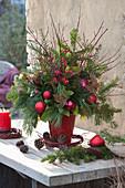 Weihnachtsstrauß aus Zweigen und roten Kugeln