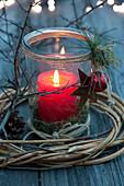 Einmachglas als Windlicht mit roter Kerze