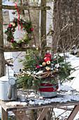 Weihnachtsstrauß und Kranz aus Tannenzweigen und Christbaumkugeln