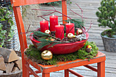 Rote Schale mit 4 Kerzen als Adventskranz