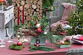 Weihnachtliche Tischdekoration im Wintergarten