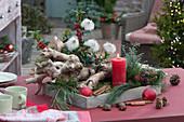 Weihnachtliche Dekoration mit Wurzel in Holz-Kasten