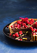 Tarte mit Schokoladenganache und Himbeeren, angeschnitten