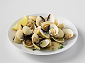 Clams in white wine sauce with lemon
