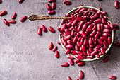 Rote Bohnen mit Löffel in einer Schüssel