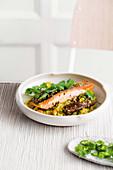 Pikanter Lachs mit Kokos-Cashew-Blumenkohl 'Reis' (Low Carb)