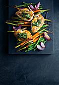 Brathähnchen mit Kräuterbutter auf Karotten-Bohnen-Gemüse