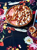 Rhabarber-Crumble-Pie mit Baisertropfen