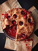 Erdbeer-Rhabarber-Pie, angeschnitten