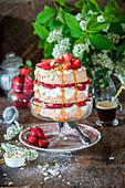 Brauner Zuckerkuchen mit Baiser und Erdbeeren