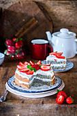 Mohnkuchen mit Sauerrahm und Erdbeeren
