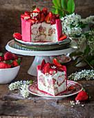 Erdbeer-Profiteroles-Kuchen mit Frischkäse-Mousse