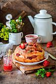 Hefekuchen mit Erdbeeren und Mandelblättchen