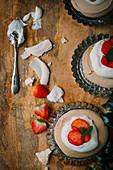 Weihnachtsdessert mit Baiser und Erdbeeren