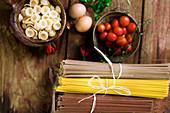 Tomaten, Nudeln, Eier und Kräuter