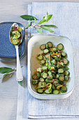 Sweet-and-sour courgettes with flowers