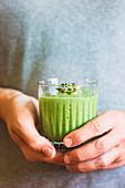 Grüner veganer Smoothie mit Spinat, Banane und Sprossen