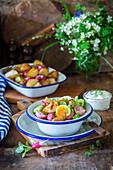 Ofenkartoffelsalat mit Radieschen, Ei und Gurke