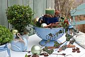 Weihnachtliche Kerzen-Deko in Emaille-Topf und  Sieb