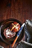 Schokoladen Hot Cross Buns mit Dinkel (vegan)