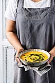 Süsskartoffel-Möhren-Suppe mit Thaibasilikum-Pesto