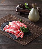 Rohes Rindfleisch und Spirituosenkaraffe