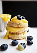 Drei Mini-Shortcakes mit Lemoncurd und Blaubeeren