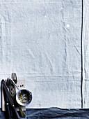 weiße Tischdecke, Besteck und Pfeffer