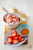 Quark mit Erdbeeren und Zimt