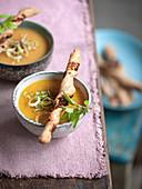 Kartoffel-Möhren-Cremesuppe mit frischem Knoblauch und Mandelmus