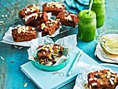 Zucchini-Blaubeer-Minikuchen mit gerösteten Kokosflocken