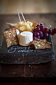 Goat's cheese with wholemeal bread and grapes