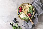 Quinoabrei im Schälchen mit Grünkohl, Birne, Beeren und Honig