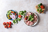 Zutaten für Roggenbrotsandwiches mit Rindfleisch, Feldsalat und Tomaten