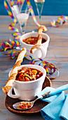 Scharfe Bohnensuppe mit Würstchen, dazu Hefeteig-Blätterteig-Parmesanstangen