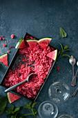 Wassermelonengranita mit frischer Wassermelone und Minze (Draufsicht)