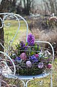 Korb mit Hyazinthen, Blausternchen und Glockenblumen