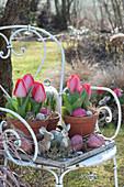 Frühlings-Arrangement mit roten Tulpen