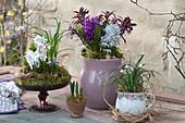Frühlings-Arrangement in Haushaltsgeräten als Tischdeko