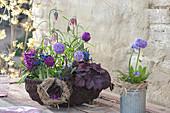 Frühlings-Korb blau und lila bepflanzt