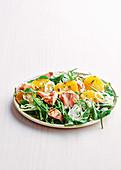 Salat mit Lachs, Fechnel, Orangen, Spinat und Rucola
