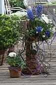 Blau-weiß bepflanzte Weiden-Skulptur
