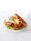 Pikanter Waffel-Burger zum Frühstück