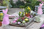 Oster-Tischdeko auf der Terrasse