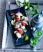 Fish skewers with red onions and limes, with peppermint tea