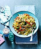 Nasi Goreng mit Hähnchen, Brokkoli und Paprika