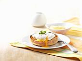Pochiertes Ei auf Toastbötchen