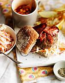 Burger mit Bacon, Baked Beans und Coleslaw